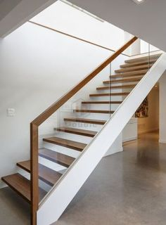 Floating stairs metal glass railing Ideas - New Ideas Interior Stair Railing, Modern Stair Railing, Stair Railing Design, Modern Stairs, Interior Stairs Design, Interior Balcony, Exterior Stairs, Open Staircase, Staircase Railings