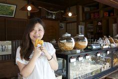 Ashley-chan during the YaNaSe outing. Senbei shop in Sendagi.