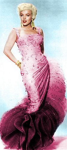 - Marilyn Monroe purple and pink log mermaid style dress Joe Dimaggio, Old Hollywood Glamour, Classic Hollywood, Golden Age Of Hollywood, Most Beautiful Women, Beautiful People, Howard Hughes, Pin Up, Mae West