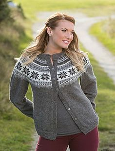 Via Ravelry: Oleakofta av Berit Ramsland, gratis Vikingoppskrift. Passer til Mini Alpakka eller Sisu. Ladies Cardigan Knitting Patterns, Knit Cardigan Pattern, Knit Patterns, Drops Patterns, Viking Designs, Cardigan Design, Nordic Sweater, Icelandic Sweaters, Fair Isle Pattern