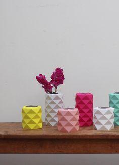 Das schöne rosa Origami Vase besteht aus hochwertigem laminiertes Papier (350 Gramm).  Es kann einfache Flasche oder ein Glas in der richtigen Größe abdecken.  Maße: Hight - 3,5 Zoll | 9 cm Durchmesser - 3,5 Zoll | 9 cm  Die Vase kommt mit Anweisungen innen entfaltet und Sie sollten es sich selbst Falten. Es ist super einfach zu Falten und dauert 5 Minuten.  * Bitte beachten Sie, dass die Vase ohne die innere Glasflasche ankommt.  Weitere Origami-Vasen finden Sie hier…