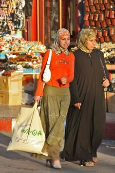 Palestinian women shopping in Nablus (Palestine, Palestinian Territories)