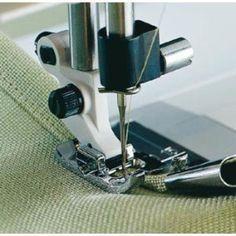 Husqvarna Accessoire ourleur 10 mm - 1. Encliqueter l'accessoire ourleur de 10 mm sur la plaque à aiguille de la machine. 2. Placer le tissu dans le rouleau/guide de l'accessoire, et l'avancer