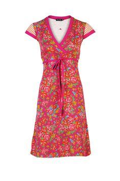 Jurkje van rood/roze tricot met rozen/bloemetjes, folklore . Afgezet met fuchia boordjes en bindceintuurtje. De mouwtjes zijn van oranje ruitjes katoen.    95 % katoen 5% elasthan      op 30 graden binnenstebuiten wassen met een fijnwasmiddel, niet in de