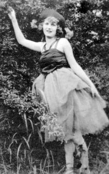 Zelda Fitzgerald, the First American Flapper. While Scott received acclaim for The Great Gatsby and his short stories, and the couple socialized with literary luminaries like Ernest Hemingway, their marriage was a tangle of jealousy, resentment and acrimony. Scott used their relationship as material in his novels, even lifting snippets from Zelda's diary and assigning them to his fictional heroines. http://en.wikipedia.org/wiki/Zelda_Fitzgerald