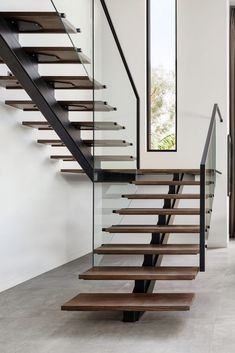 Minimalistic and clean staircase with modern windows Stairs Design Modern Clean HLYTRNTY holytrinitylight Minimalistic Modern staircase windows Stair Railing Design, Home Stairs Design, Modern House Design, Railing Ideas, Stair Idea, Staircase Design Modern, Modern Window Design, Diy Stair, Stair Plan