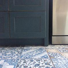 """""""a cozinha que é o coração desse doce lar"""" #ahessarquitetura #arquitetura #marcenaria #ladrilho #amomeutrabalho #cozinhanaserra #azul #cozinhacheiadeamor"""