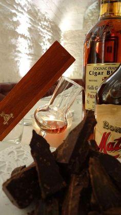 Il Cognàc e la sua storia dal Piccolo Mondo: è un'acquavite ad elevata gradazione alcolica (circa 40%), ricavato dalla distillazione di vino; deve il suo successo proprio alla mediocre qualità dei vini utilizzati per la sua produzione. Le uve utilizzate provengono dai quattro vitigni bianchi tipici, ossia Ugni blanc, folle blanche, colombard e sémillon. Il luogo tradizionale di produzione è la regione francese di Cognac, nell'ovest della Francia, dalla quale il distillato prende il nome.
