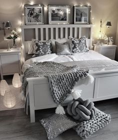 In diesem traumhaften Schlafzimmer in Grau und Silber sind lux… Glamorous Dreams! In this dreamlike bedroom in gray and silver are lux … Cute Bedroom Ideas, Room Ideas Bedroom, Home Decor Bedroom, Grey Bed Room Ideas, Silver Bedroom Decor, Gray Room Decor, Bedroom Ideas For Women, Grey Home Decor, Bedroom Themes