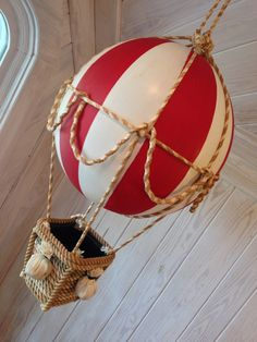 Make a Decorative Hot Air Balloon . Free tutorial with pictures on how to make a model or sculpture in under 60 minutes by decorating with ball, hot glue gun, and rope. How To posted by BarryBelcher. in the Art section Difficulty: Simple. Hot Air Balloon Cake, Diy Hot Air Balloons, Balloon Balloon, Hot Air Ballon Diy, Balloon Party, Balloon Crafts, Balloon Decorations, Wedding Decorations, Style Steampunk