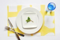 DIY dip-dyed paper placemats. perfect for a fun place setting! via @Erin Loechner and Design for Mankind.