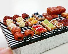朝日放送「おはようコールABC」でも紹介された大沢なおみさんの大人気パンミニチュア✨ そんな大沢なおみさんの新作❤ 前回より小さめのパン屋さんです✨  大沢さんが作るパンはいつも想像を越えて来て毎回たのしみ♡ わたしのだいすきなクロワッサンアマンドがあって、かわいすぎます❤❤ #miniaturefoodassociationofjapan #miniaturefood #日本ミニチュアフード協会 #ミニチュアフード #ミニチュア #miniature #fakefood #kawaii  #ハンドメイド #食品サンプル  #パジコ #PADICO #樹脂粘土 #モデナ #handmade#パンミニチュア #パン#パン屋#ミニチュアパン#Bread #ハードパン#手作りパン #クロワッサンアマンド#デニッシュ
