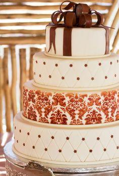 Hochzeitstorte, vierstöckig, in Creme und Braun