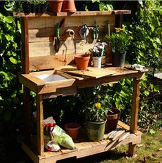 If you're tired of starting seeds on the kitchen counter, use these free, DIY potting bench plans to build your own outdoor potting station! Rustic Potting Benches, Potting Bench With Sink, Outdoor Potting Bench, Pallet Potting Bench, Potting Tables, Pallet Wood, Outdoor Plant Table, Outdoor Plants, Outdoor Spaces