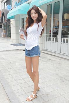 White top paired with denim shorts silver clutch. Find Your Match, Silver Clutch, White Tops, Fashion Photo, Denim Shorts, Pairs, Street Style, Chic, Blog