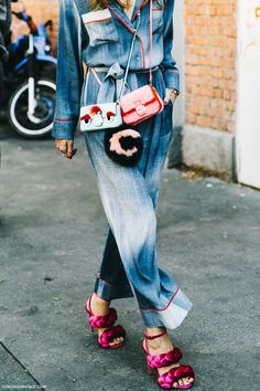 amazing denim jumpsuit paired with crossbody jewel box purses and pink sandals - dreamy denim street style outfit idea Milan Fashion Week Street Style, Look Street Style, Milan Fashion Weeks, Street Chic, Street Wear, Fashion Business, Business Outfit, Mode Style, Style Me