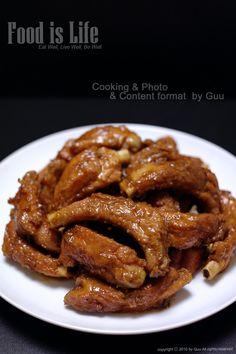 오늘 준비한 건 손에 들고 뜯어 먹는 재미가 그야말로 제대로인 돼지고기 등갈비찜이다. 갈비찜 양념을 어... K Food, Food Menu, Good Food, Yummy Food, Spicy Chicken Recipes, Seafood Recipes, Asian Recipes, Korean Side Dishes, Food Design