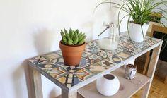 TUTORIEL - Plus que jamais dans la tendance, les carreaux de ciment trouveront une place parfaite dans votre intérieur grâce à ce DIY pour réaliser un meuble d'entrée bien pratique.
