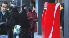 El cajero de la felicidad. Que buena acción de Coca-Cola que siempre sigue la guía de compartir. Dinero gratis a las personas para que realicen una buena acción, esa fue la #solucion