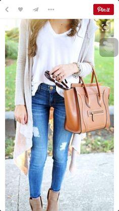 Basica blanca y una camperita suelta y un jean roto. Se puede usar con bota o sandalia depende del clima. Decorar con collarcitos