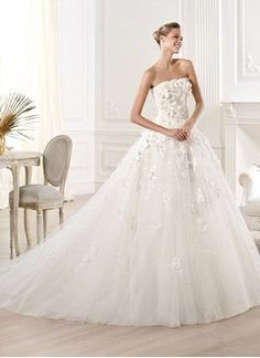 Ball-Gown Strapless Royal Train Tulle Wedding Dress With Appliques Lace Flower(s)