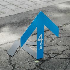 For the open campus of University of Tokyo's Research Center for Advanced Science and Technology, Nosigner created a set of arrows that appear to be supported by their own shadow. The signs are free-standing, stable, low-cost and easy to store away. Arrow Signage, Wayfinding Signage, Signage Design, Booth Design, Design Design, Event Signage, Outdoor Signage, Environmental Graphic Design, Environmental Graphics