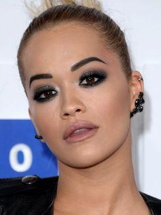 Rita Ora mêle aussi son ombre à paupières noir avec ...