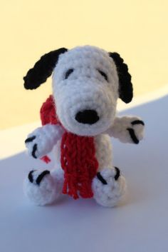 Free Crochet Pattern for Snoopy...there is also a link at the top for a pattern of Woodstock...love these!