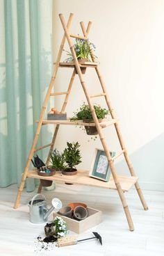 An ingenious and aesthetic DIY from two bamboo ladders and three . Un DIY ingénieux et esthétique à partir de deux échelles en bambou et de tro… An ingenious and aesthetic DIY from two bamboo ladders and three wooden shelves Interior Garden, Diy Interior, Bamboo Furniture, Diy Furniture, Furniture Outlet, Discount Furniture, Garden Furniture, Bamboo Ladders, Bamboo Shelf