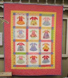 idea for ladies print fabic Quilt Kits, Quilt Blocks, Dolly Dress Up, Baby Quilt Patterns, Baby Quilts, Children's Quilts, Panel Quilts, Applique Designs, Needlework