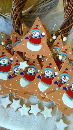 ceramica come mestiere: Decorazioni natalizie per la casa. Alberi di Natale in cotto con pupazzi di neve smaltati e cuori in cotto con presepe smaltato.