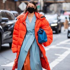 Should you be wearing a face mask to protect against coronavirus? 😷 Everything else you need to know about the disease - via link in bio. Classy Street Style, Street Chic, World Of Fashion, Paris Fashion, Style Fashion, Diana Fashion, Fashion Face Mask, Style Snaps, Autumn Winter Fashion