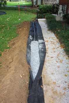 Learn how to make a French drain. French drains are used to re-direct water away from a structures foundation, and for water drainage. Backyard Drainage, Landscape Drainage, Backyard Landscaping, Driveway Entrance Landscaping, Corner Landscaping, Walkway, Landscaping Ideas, Backyard Projects, Outdoor Projects