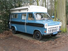 Would love to see inside this one. Pop Top Camper, Tiny Camper, Cool Campers, Rv Campers, Retro Caravan, Camper Caravan, Camper Van, Classic Campers, Classic Trucks