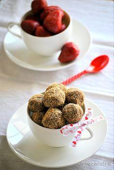 Strawberry Truffles - The tastiest and easiest summer dessert! Apple Dessert Recipes, Fudge Recipes, Candy Recipes, Strawberry Truffle, Easy Summer Desserts, Cake Truffles, Truffle Recipe, Chocolate Coating, Homemade Candies