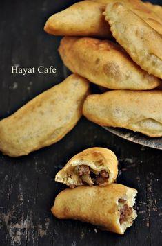 kiyma-icli-pisi Turkish Breakfast, Tandoori Masala, Breakfast Items, Hand Pies, Turkish Recipes, Falafel, Yams, Hot Dog Buns, Brunch