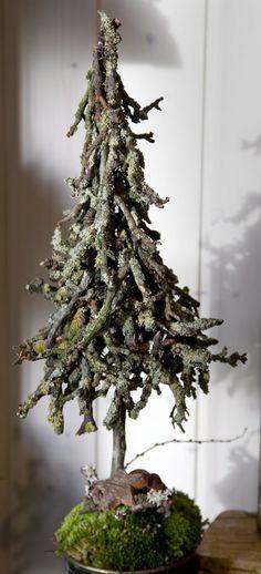 Dekorationer. Julen er primært holdt i hvidt og sølv, når det gælder adventskranse og borddekorationer.