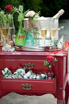 O móvel colorido e antigo serve como suporte para o espumante. Os bem-casados ficam dentro da gaveta Festa de casamento | Wedding party