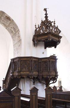 Ved Reformationen blev dansk obligatorisk som gudstjenestesprog, og prædikenen blev gudstjenestens centrale led. Domkirken fik sin nuværende prædikestol i 1588, skabt af flamlænderen Michael van Groningen. Den er et meget fint arbejde i renæssancestil, skåret i egetræ. I ni relieffer ses motiver fra Det Gamle og Nye Testamente. Først Syndefaldet, dernæst Marias bebudelse, Fødslen i …