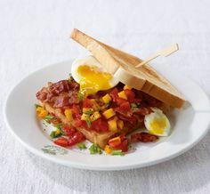 Hier paaren sich süß und salzig: Speck und Ei gehen eine Verbindung mit fruchtiger Mangosalsa ein. Lecker!