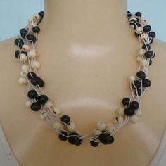 Maxi colar feito com sementes de açaí preto e branco. R$ 8,00