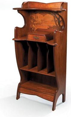 Louis MAJORELLE (1859 - 1926) Meuble présentoir à musique en acajou mouluré et rainuré et placage de palissandre, à montants latéraux mouvementés. Niche ouverte à fond orné d'un paysage en marqueterie… - Millon & Associés - 02/12/2008