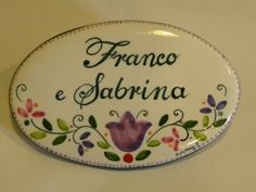 (CODICE ARTICOLO: TP/70) Mattonella in ceramica dipinta a mano. Tecnica: maiolica Name Plate Design, Country Paintings, Address Plaque, Street Signs, House Numbers, Hand Painted Ceramics, Home Signs, Decorative Plates, Miniatures
