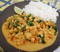 This is so yummy! Just finished eating it for my lunch and it was perfect. Love this vegan creamy curry made with chickpeas spinach and coconut milk. The lime squeeze at the end just brings everything alive   #chickpeas #curry #vegan #spinach #coconutmilk #spice #garammasala #cumin #basmatirice #lime #notreallyachef #foodblogger #foodgram #instafood