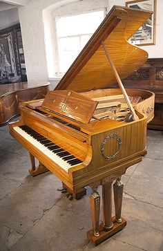 A 1919, Steinway Model O Grand Piano For Sale with an Empire Style Mahogany Case at Besbrode Pianos. Cabinet Features Ornate Brass Ormolu in Neoclassical and Egyptian Motifs such as Wreaths, Winged Lions and Cabuchons. Legs Feature Cylindrical Columns and Female Figures of Victory on the Capital.
