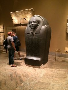 Estatua egipcia en piedra negra.