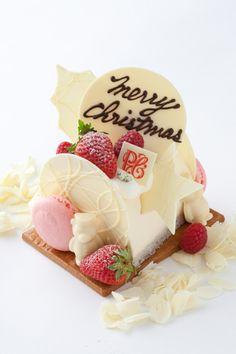 """The Peninsula Tokyo ザ・ペニンシュラ東京クリスマス ログケーキ""""アムール ノエル"""" アーモンド風味のスポンジにホワイトチョコレートとベリーのムースを重ねた、聖なるクリスマスにふさわしい真っ白なケーキは、ロマンティックな時間を演出してくれる。価格 3500円(10cm)予約期間 11月15日(火)~12月21日(水)受け渡し期間 12月22日(木)~25日(日)※数に限りがあるため、販売予定数に到達次第、販売が終了される場合があります販売店舗 ザ・ペニンシュラ東京B1F『ザ・ペニンシュラ ブティック&カフェ』"""