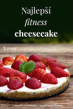 Korpus na tento cheesecake je veľmi jednoduchý a základnými ingredienciami sú ovsené vločky a oriešky. Potom ho len stačí natrieť jemným tvaorhom a ozdobiť ovocím. Mňamka! Cheesecake, Strawberry, Fruit, Fitness, Food, Cheesecake Cake, Cheesecakes, Essen, Strawberry Fruit