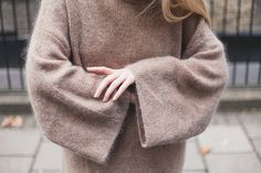 Blog outfit: Beige cozy oversize chunky knit jumper Autumn 16 nude nails manicure