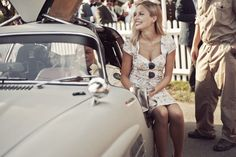 A beautiful gallery of Revival guests showing that sometimes a summer dress is the most stylish sartorial choice for ladies. Retro Fashion, Vintage Fashion, Mens Fashion, Goodwood Revival, Car Girls, Road Racing, Union Jack, Automobile, Rest